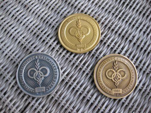 Annet Steggerda deed in 1961 mee aan de Drie Eilandenspelen en won goud bji het hoogspringen, zilver met het verspringen en brons met 60 meter hardlopen.