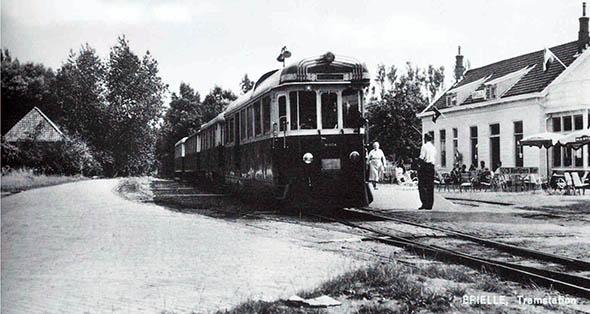 'De tram arriveert bij het tramstation te Brielle, het tegenwoordige Chinese restaurant'