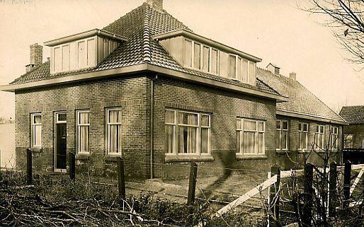 voormalig evangeliesatiegebouw met de heer van der Meer als voorganger